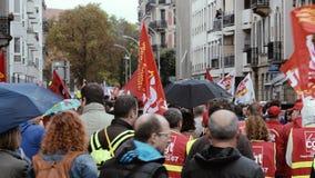 在反对Macron劳工法的一法国全国性天期间大人群法国街道政治行军 股票视频