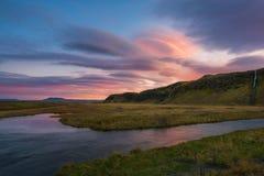 在反射在小河的日出的双突透镜的云彩 库存照片