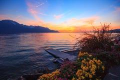 在反射在湖的山脉的日落 免版税库存照片