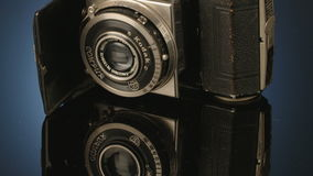 在反射性演播室背景的古色古香的照相机 股票录像