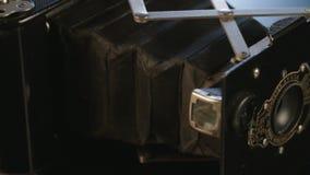 在反射性演播室背景的古色古香的照相机 影视素材