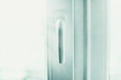 在发光的光的塑料窗口把柄 免版税库存照片