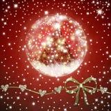 在发光的球里面的圣诞树在红色背景 免版税库存图片