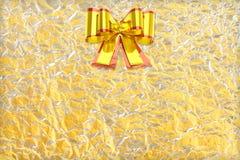 在发光的箔纹理的发光的黄色叶子金和银丝带 库存照片