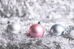 在发光的背景的圣诞节球 库存照片