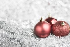 在发光的背景的红色圣诞节球 库存照片