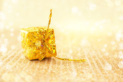 在发光的背景的金黄圣诞节装饰与拷贝空间 库存图片