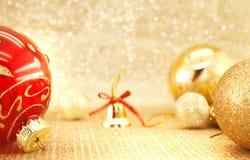 在发光的背景的金黄圣诞节装饰与拷贝空间 库存照片