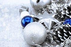 在发光的背景的银色圣诞节装饰与拷贝空间 库存图片
