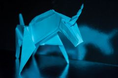 在发光的背景,选择聚焦的手工制造蓝色独角兽 库存图片