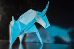 在发光的背景,选择聚焦的手工制造蓝色独角兽 免版税图库摄影