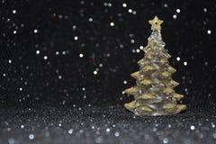 在发光的黑背景的圣诞节装饰 免版税库存图片