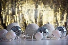在发光的backgroun的圣诞节球 图库摄影