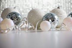 在发光的backgroun的圣诞节球 库存图片