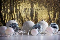在发光的backgroun的圣诞节球 免版税图库摄影