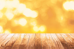 在发光的bokeh金子的木地板 免版税库存图片