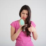 在发刷的震惊妇女丢失的头发 免版税库存照片