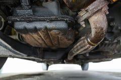 在发动机的石油泄漏,在油废油坑的底视图 免版税库存图片