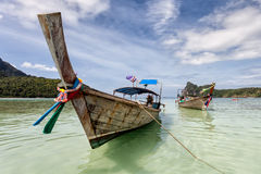 在发埃发埃海岛,泰国上的帆船附载的大艇 免版税图库摄影