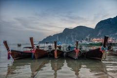 在发埃发埃海岛,泰国上的帆船附载的大艇 免版税库存图片