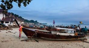 在发埃发埃海岛,泰国上的帆船附载的大艇 免版税库存照片