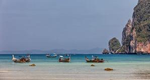 在发埃发埃海岛,泰国上的帆船附载的大艇 库存图片