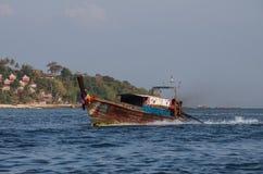 在发埃发埃海岛,甲米府,泰国海湾的帆船附载的大艇  图库摄影