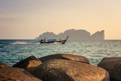 在发埃发埃Leh前面的传统泰国长的小船在日落,披披岛酸值发埃发埃,泰国 库存图片