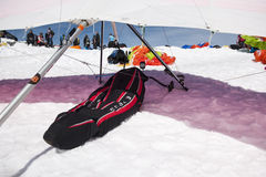 在发射地点的停放的悬挂式滑翔机 免版税图库摄影