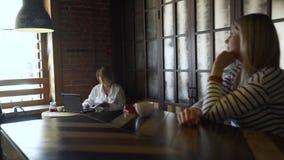 在发射断裂期间的妇女工作在咖啡馆 股票视频