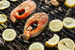在发火焰的烤鲑鱼排 侧视图 免版税库存图片