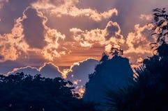 在发烟性山的五颜六色的冬天日出 库存照片