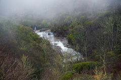 在发烟性山的瀑布 免版税图库摄影