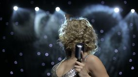 在发烟性阶段由后照的女歌手 股票视频