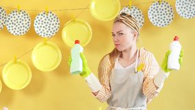在发现有效的洗碗盘行为液体的正面女孩欣喜 影视素材
