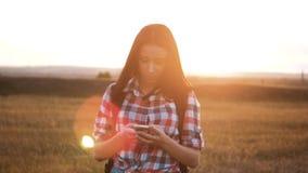 在发现正确的方式的手机智能手机的行家远足者剪影女孩走的流浪汉查寻位置航海 股票录像