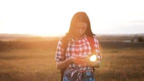 在发现正确的方式的手机智能手机的行家远足者剪影女孩走的流浪汉查寻位置航海 股票视频