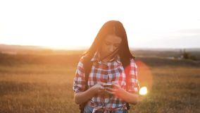 在发现正确的方式的手机智能手机的行家远足者剪影女孩走的流浪汉查寻位置航海 影视素材