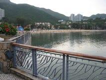 在发现海湾,大屿山,香港的江边散步 免版税库存照片