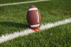 在发球区域的学院橄榄球准备好开球 库存照片