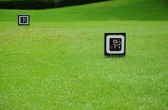 在发球区域的标志在高尔夫球场 免版税库存照片