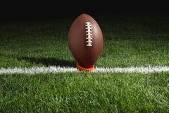 在发球区域的橄榄球在晚上准备好开球 免版税库存照片