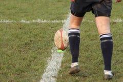 在发球区域的橄榄球球 免版税库存图片