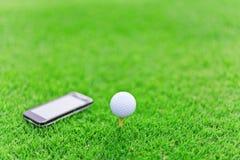 在发球区域的白色高尔夫球与机动性 库存照片