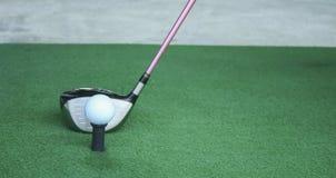 在发球区域的高尔夫球与司机俱乐部,在司机前面,驾驶r 免版税库存图片