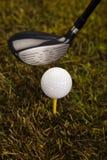 在发球区域的高尔夫球在驱动器 免版税库存图片