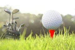在发球区域的高尔夫球 免版税库存照片