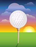 在发球区域背景的高尔夫球 免版税库存照片
