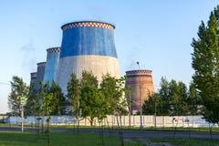 在发电的能源厂的五个大工厂管子 危机生态学环境照片污染 库存照片