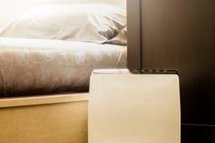 在取消美好的尘土的床室擦净剂的空气净化器在房子里 免版税库存照片